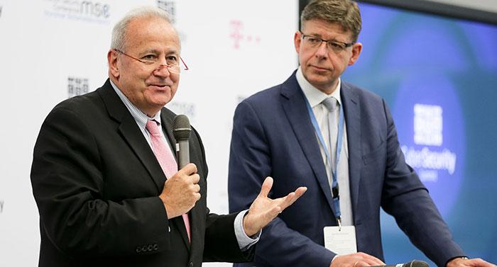 Im Rahmen des Cyber Security Summit 2013 gaben Art Coviello, Vorstandsvorsitzender RSA Security, und Reinhard Clemens, Vorstand T-Systems, die Partnerschaft bekannt.