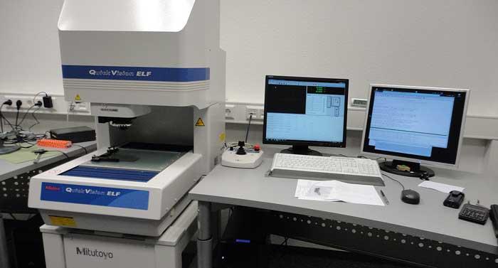 Die 3D-Koordinatenmessmaschine (CNC-Lasermessmaschine)  von Mitutoyo gibt die Messdaten direkt ins QS-Modul von GEWATEC ein.