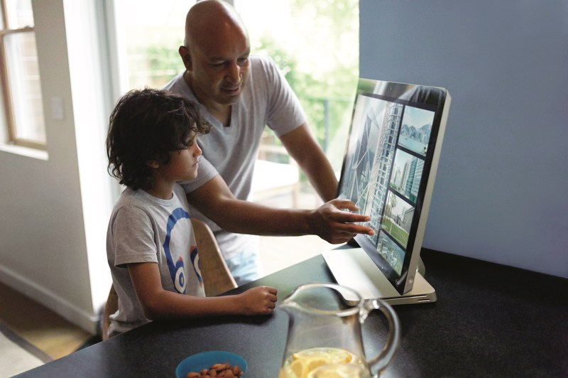 foto 150617 Intel Security - Vater und Sohn am Computer