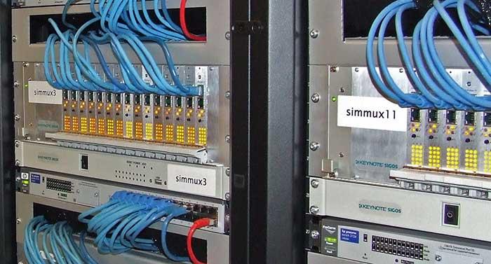 Zwei Racks voller SIM-Multiplexer – mmit ihrer Hilfe werden von Nürnberg aus in aller Welt Telefonnutzungsszenarien simuliert.