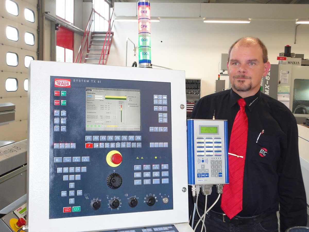 Qualitätsmanagement-Beauftragter Torsten Fizia an Dreh/Fräsautomat mit BDE/MDE-Terminal und Prozessampel (oben) von Gewatec: Über die Kombination BDE/MDE-Terminal/Prozessampel werden Vorgänge wie die Aufforderung zur nächsten Messung beim aktuellen Auftrag (SPC) oder anstehende Wartungen gesteuert. Ebenso erhält der Werker an der Prozessampel farblich dargestellte Informationen über die Produktivität seiner Maschine, beispielsweise über den OEE-Wert sowie über die aktuelle Qualität mittels des cpk-Wertes.