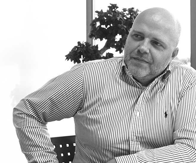 Frank Müller, ist seit 2009 Gesellschafter und Vorstand der AXSOS AG, einem Stuttgarter Unternehmen, das anwenderorientierte IT in den Kernbereichen IT-Sicherheit, IT-Infrastruktur und Individualentwicklung anbietet, die speziell auf die globalisierten Anforderungen des mittelständischen Kundenstamms zugeschnitten ist. Müller ist seit über 20 Jahren in der IT-Branche tätig und hat bereits in vielen Ländern weltweit gearbeitet.