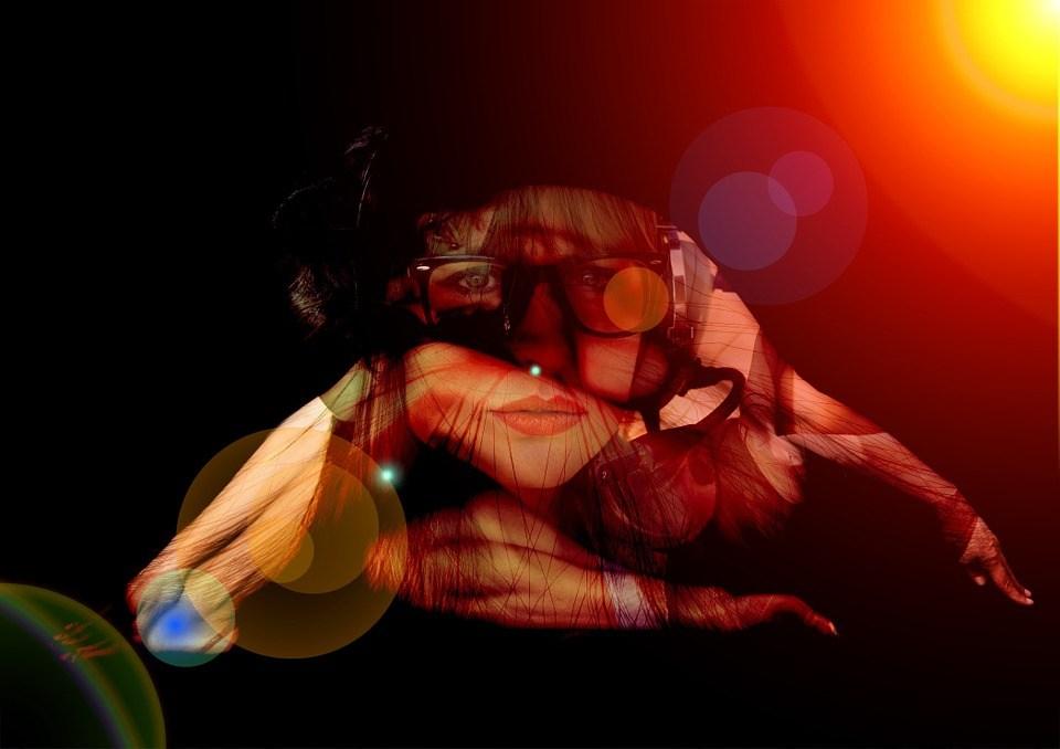 foto-cc0-pixabay-mikegi-frau-pose-collage