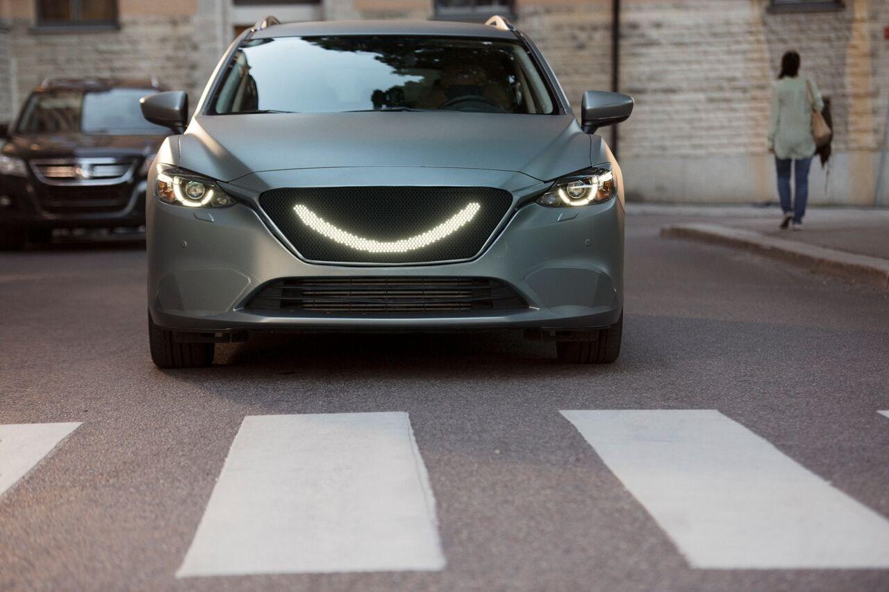 fotol-semcon-smiling-car-zebrastreifen