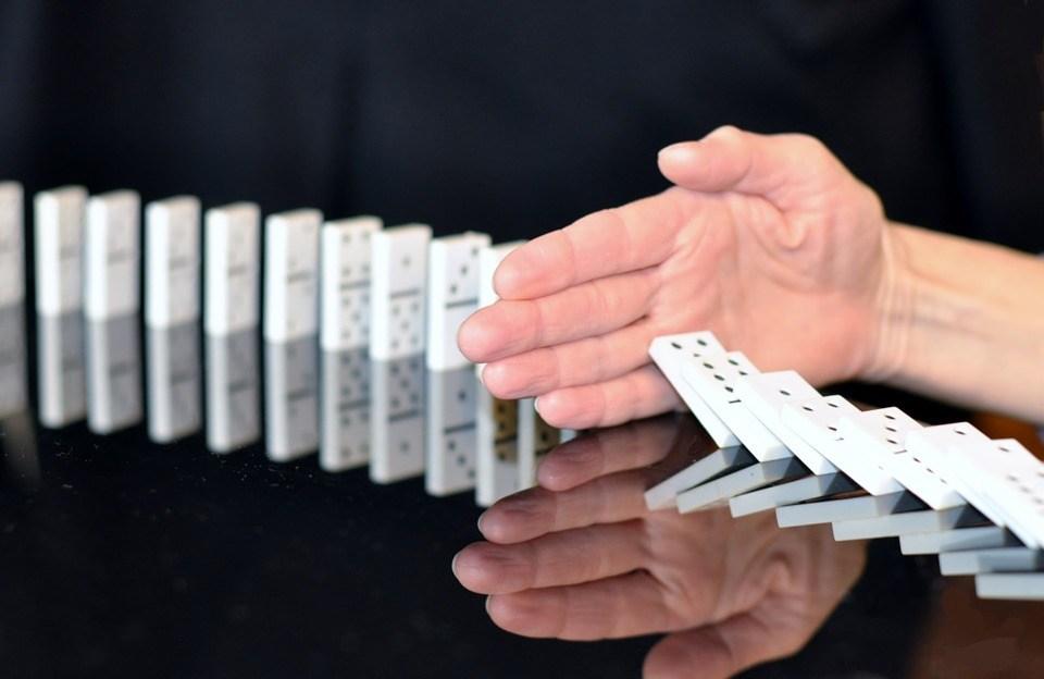 foto-cc0-ivanacoi-korruption-stoppen-domino