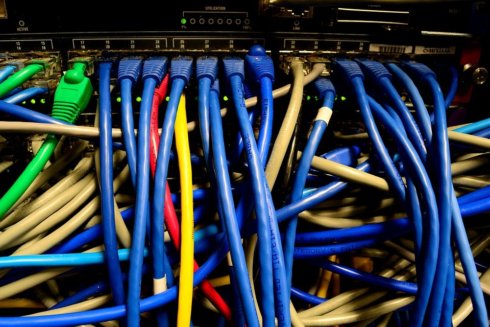 foto-cc0-pixabay-elasticcomputefarm-ethernet-kabel-switch