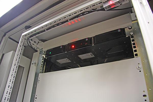 Das Rittal Computer Multi Control (CMC) III ist ein Alarmsystem für Netzwerk und Serverschränke, Schaltschränke, Rechenzentrumscontainer sowie IT-Sicherheitsräume. Es überwacht Temperaturen, Luftfeuchtigkeit, Zugang Rauch, Energie und viele weitere physische Umgebungsparameter.