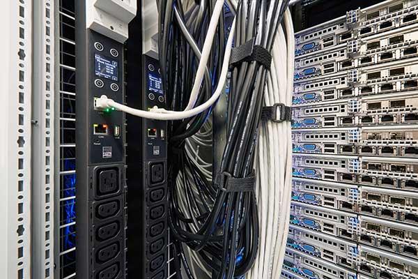 Mit intelligenten PDUs können Administratoren die Fernwartung vereinfachen. Ist ein IT-Schrank beispielsweise schwer zugänglich oder muss die Anlage auch am Wochenende betreut werden, ist eine PDU mit schaltbaren Steckern eine gute Hilfe, da sich per Fernzugriff einzelne Steckdosen schalten lassen.