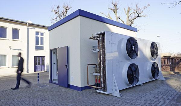 Bei ausreichend niedrigen Außentemperaturen von weniger als 10 Grad Celsius kann die Kühlung über den ohnehin notwendigen Freikühler erfolgen. So lassen sich Betriebskosten für Gebäude und Rechenzentrum sparen.