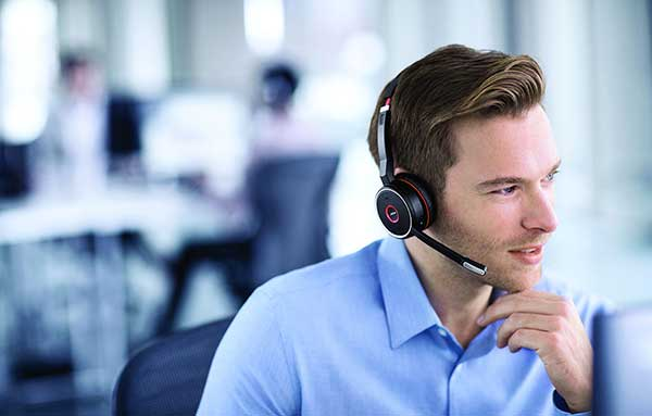 Headset: Eine aktive Geräuschunterdrückung mit integriertem Busylight, das rot leuchtet, wenn man nicht gestört werden möchte, reduziert Lärm und Unterbrechungen.