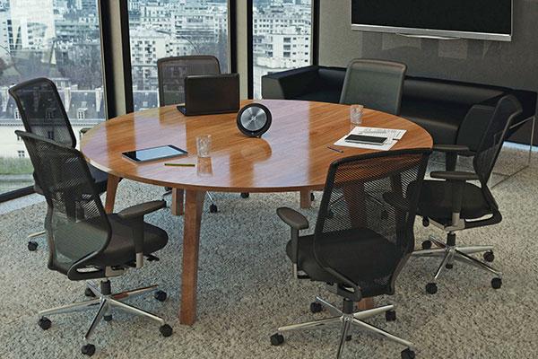 Mobile Freisprechlösung für Meetings: Professionelle, intuitive, UC-kompatible Freisprechlösungen für Konferenzgespräche in Tagungsräumen. Die Verbindung mit smarten Geräten und Laptops wird über USB, Bluetooth und 3,5-mm-Klinkenstecker binnen weniger Sekunden hergestellt.