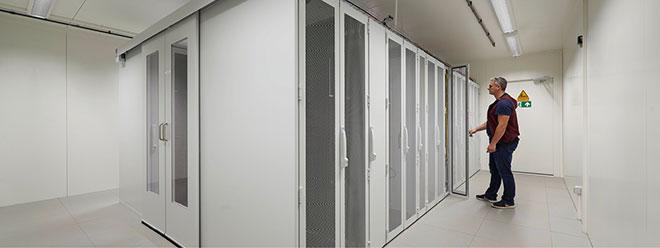 Aufgebaut sind die Container wie ein modernes Inhouse-Rechenzentrum. Eine Kaltgangeinhausung für die IT-Racks ermöglicht die energieeffiziente Klimatisierung der IT-Systeme.