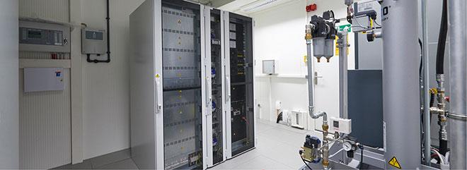 In einem separaten Technikraum innerhalb der Container sind die USV-Systeme untergebracht. Diese sind ebenfalls redundant ausgelegt und sichern den IT-Betrieb bis zu drei Stunden über Batterien.